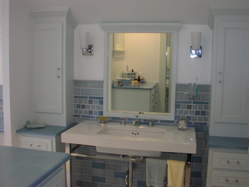 Matching Sink and Mirror for Modern Bathroom