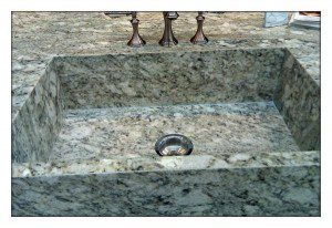www.custommarblegranite.com/sitebuilder/images/Safari_integrated_sink-600x413.jpg